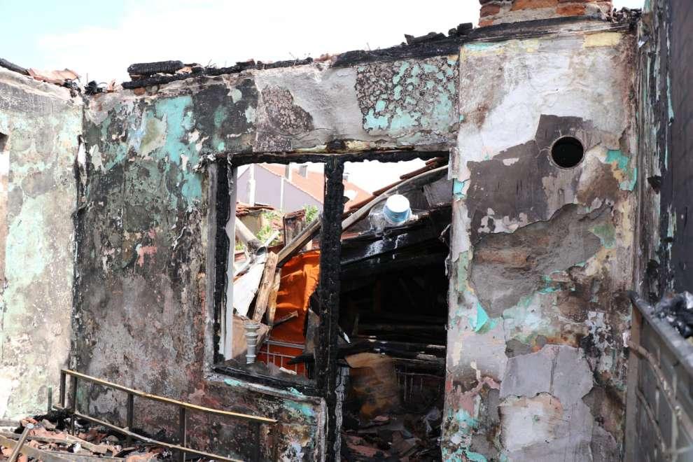 Çukurbağ Mahallesinde çıkan yangında evsiz kalan 3 aileden 12 kişiyi Barınma Merkezine yerleştirildi.