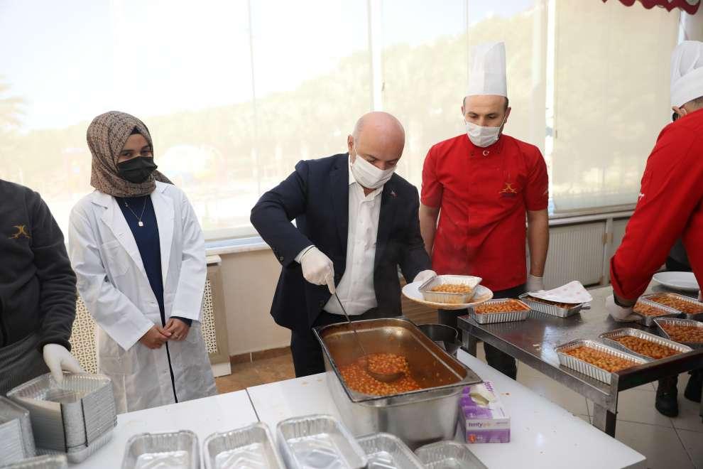 Darıca'da karantinadaki vatandaşlara sıcak yemek desteği