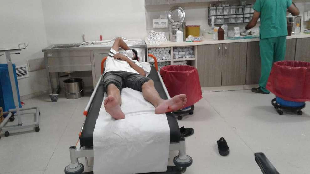 Kocaeli Büyükşehir Zabıtası, ayağı yaralı genci 112 Acil Sağlık Birimini meşgul etmeden kendi imkanlarıyla hastaneye ulaştırdı