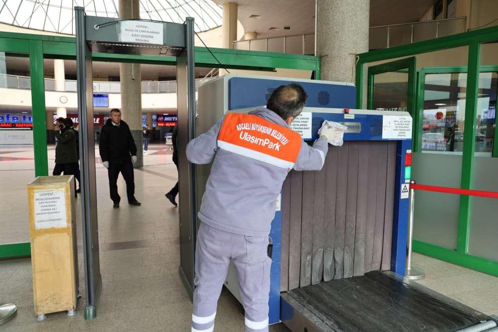 Kocaeli Şehirlerarası Otobüs Terminalinde temizlik ekipleriyle 24 saat temizlik yapıyor.