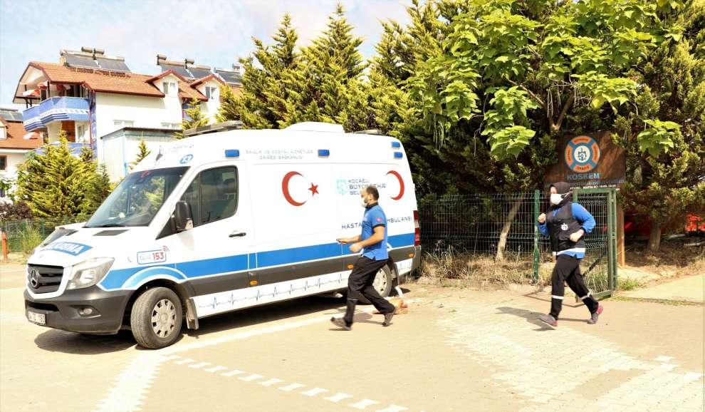 Kocaeli Büyükşehir Belediyesi sahillerde boğulma tehlikesi yaşayan ve fenalaşan vatandaşlara sağlık ve nakil hizmeti veriyor.