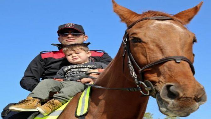 Antalyada atlı polisler ilgi odağı oldu