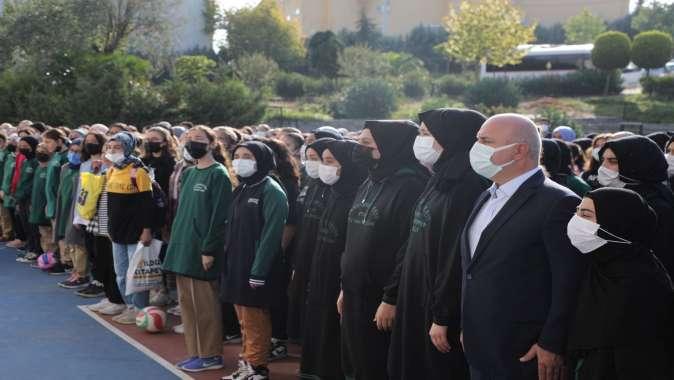 Başkan Bıyık, okulun ilk günü öğrencileri yalnız bırakmıyor