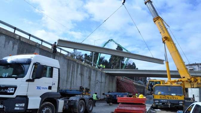Karamürsel Köprülü Kavşağı'nın prefabrik kiriş montajı yapılıyor