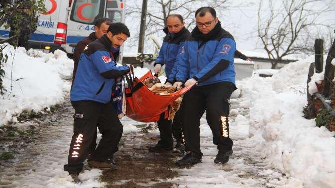 Mavi ambulanslar ve kar komandoları Zeynep teyzenin yardımına yetişti