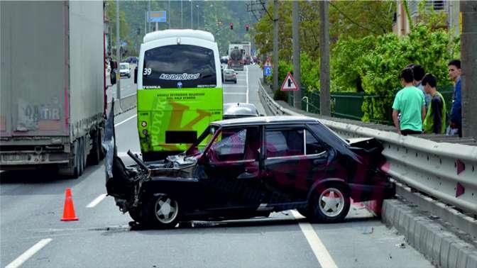 Otomobil, halk otobüsüne çarptı