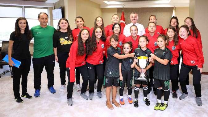 Şampiyonluk kupasını Başkan'a getirdiler.