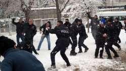Çevik kuvvet ile vatandaşın kartopu savaşı