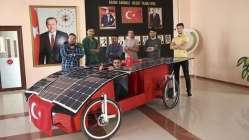 Güneş enerjisiyle çalışan otomobil yaptılar.