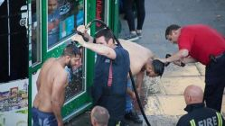 Londra'da yine asit şoku! Yolda yürürken yüzlerine attılar