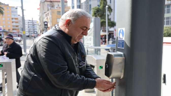 Tramvay istasyonlarına el dezenfektan cihazları takıldı
