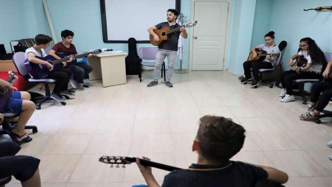 Bilgievleri'nde çocuklara gitar kursu.