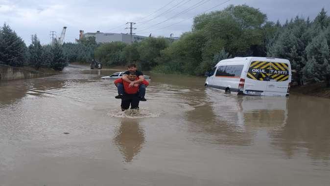 Büyükşehir ekipleri yağış boyunca yogun çalıştı.