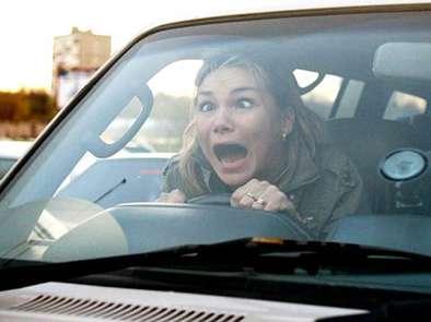 Kadın sürücü el frenini çekmeyi unutursa..